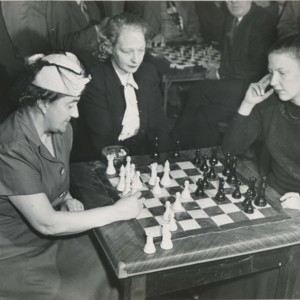 MSS050_V_gardner_playing_chess_photo.jpg